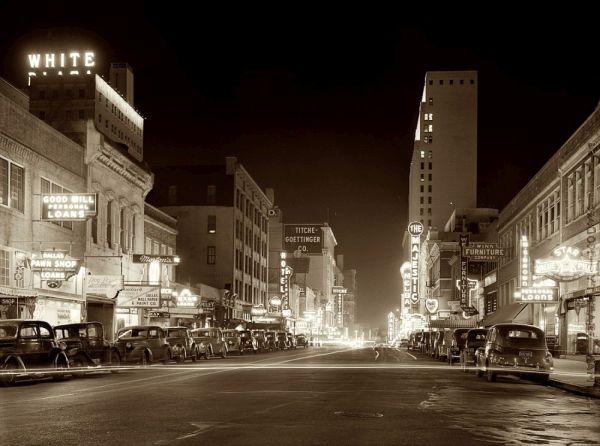 Даллас, 1942, Элм-стрит ночью