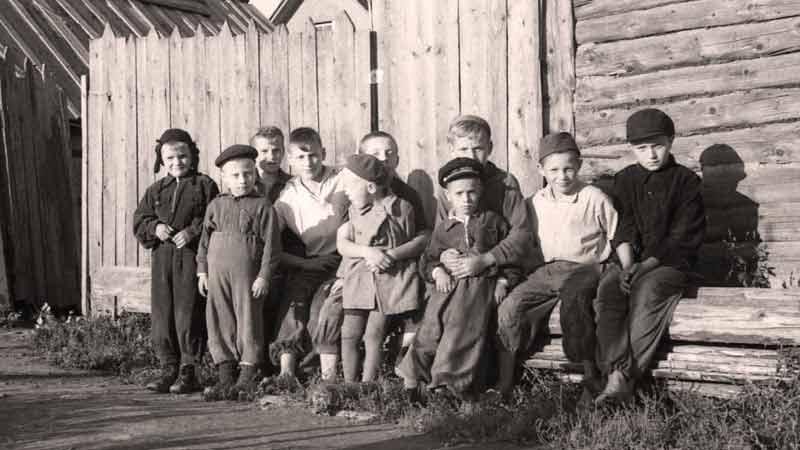 Ленинградская область, посёлок, мальчишки на лавочке