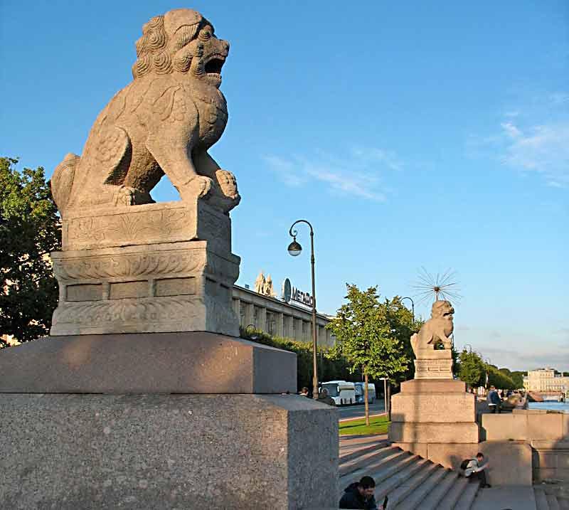 Набережная Невы, статуи Ши-Цза, Санкт-Петербург
